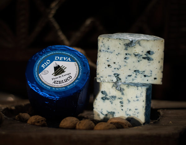 Queso azuluco elaborado en la quesería Río Deva