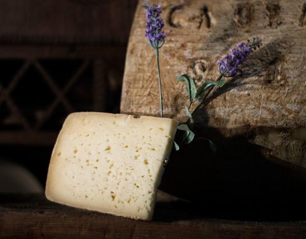 Trozo de queso curado de cabra elaborado en la quesería Río Deva