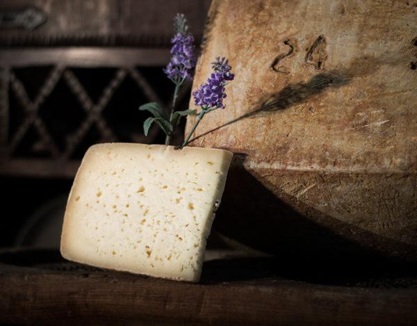 Trozo de queso curado de oveja elaborado en la quesería Río Deva