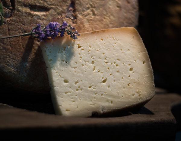 Trozo de queso curado de vaca elaborado en la quesería Río Deva