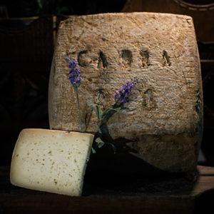 Queso curado de cabra elaborado en la quesería Río Deva
