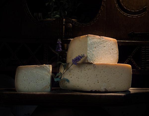 Queso curado elaborado en la quesería Río Deva