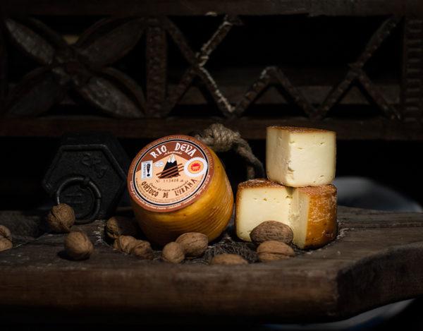 Quesuco de vaca ahumado elaborado en la quesería Río Deva