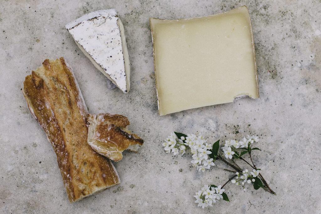 Mesa con quesos artesanales para consumir.
